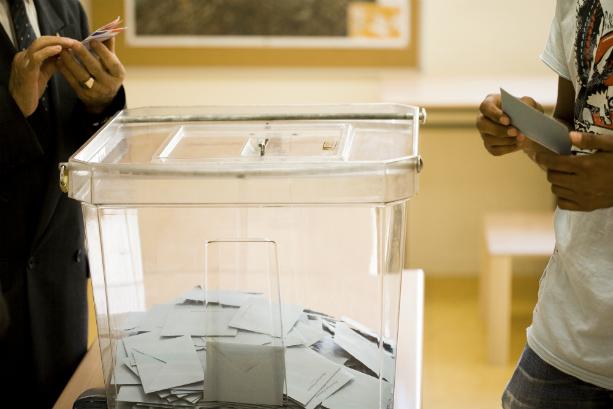 Urne avec enveloppes de vote